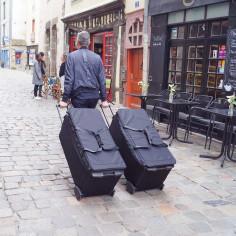 VRP avec deux sac proline dans la rue